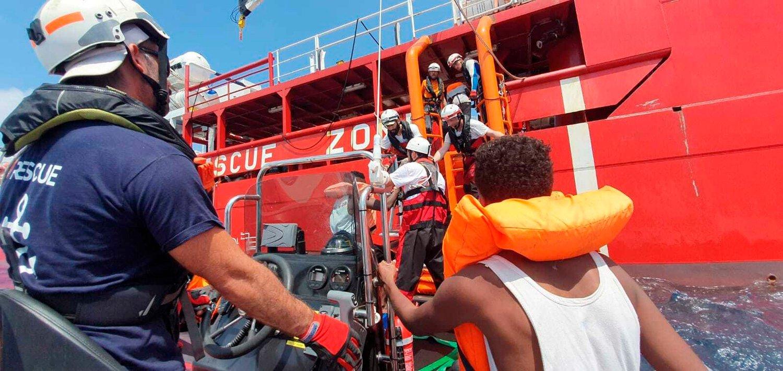 Hjelpearbeidere fra Leger Uten Grenser (MSF) og SOS Méditerranée om bord i det norske skipet Ocean Viking reddet i forrige måned 356 mennesker fra havsnød i Middelhavet. Nå har skipet satt kurs for kysten av Libya igjen. Foto: AP / NTB scanpix