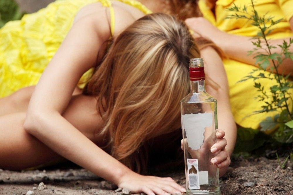 Tenåringsjente med spritflaske