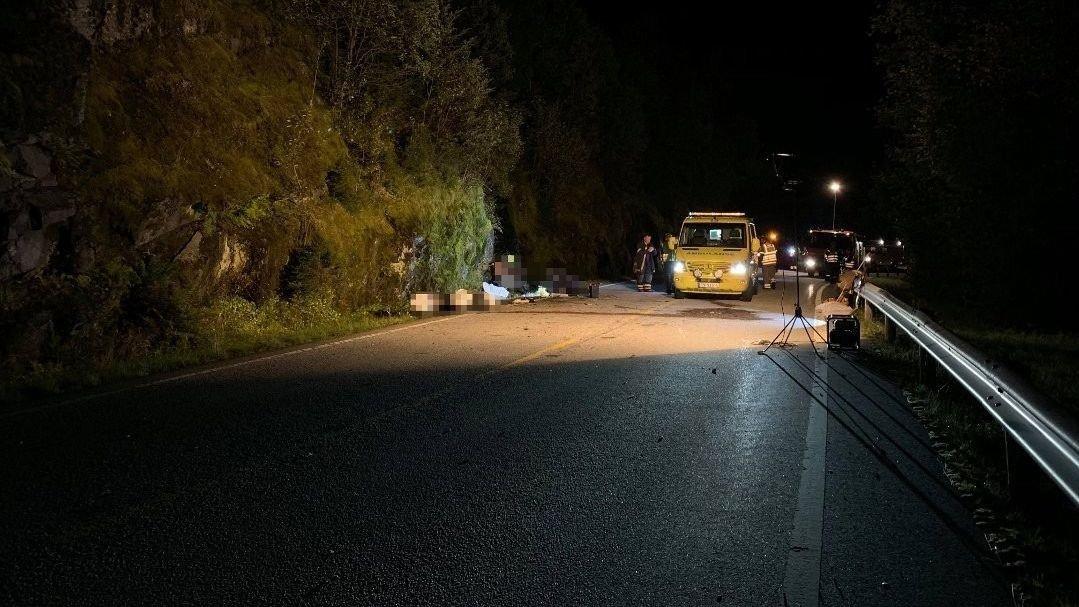 To motorsyklister har kjørt ut av veien på Fylkesvei 57 ved Nistradlia i Fjaler kommune i Sogn og Fjordane.