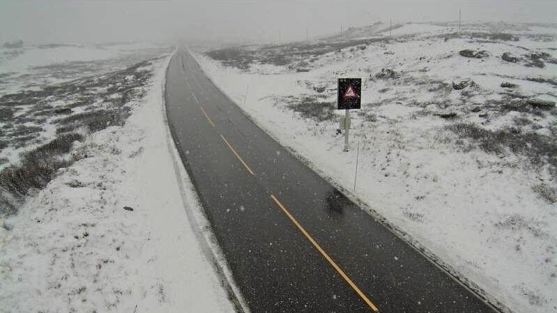 VENTER SNØ: Forberedt på dette? Fra torsdag kveld ventes nedbør som snø i fjellet i Sør-Norge, mens særlig Vestlandet har mye regn i vente, skriver meteorologene i farevarselet. Arkivbilde fra riksvei 52 over Hemsedalsfjellet.