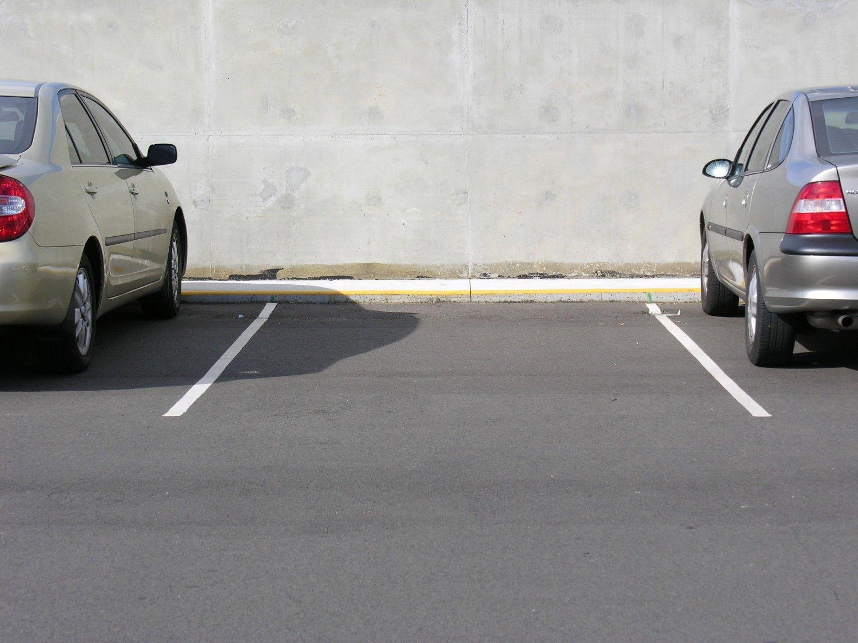 Bildet viser en ledig parkeringsplass.