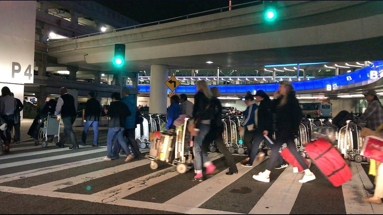Kø med passasjerer på LAX