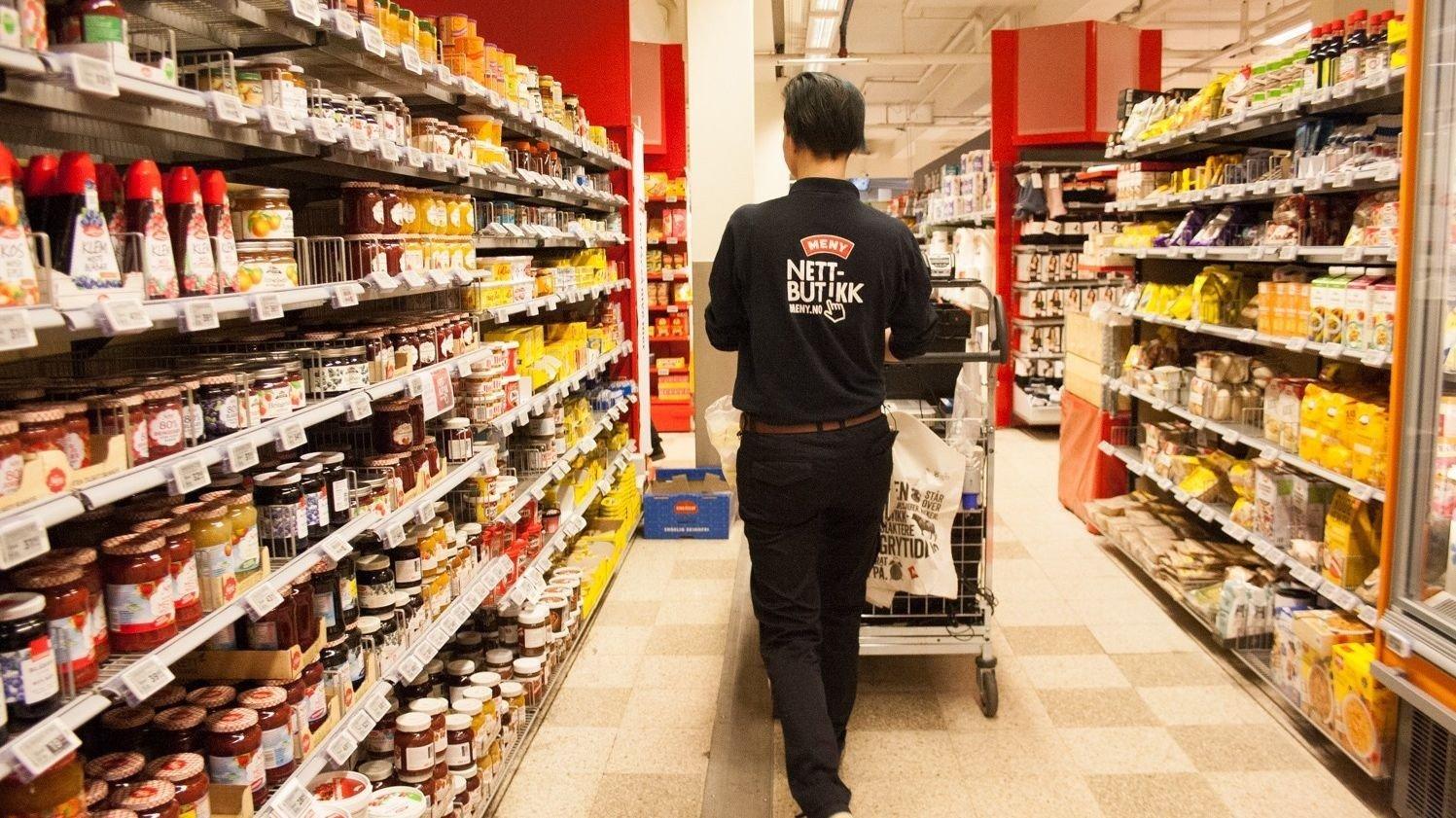 meny butikk med meny-ansatt.her er det definitivt penger å spare på å velge riktig butikk.