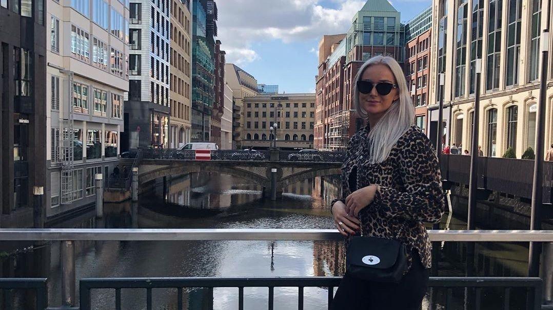 Randers-spiller Celine Sivertsen står på en bro.