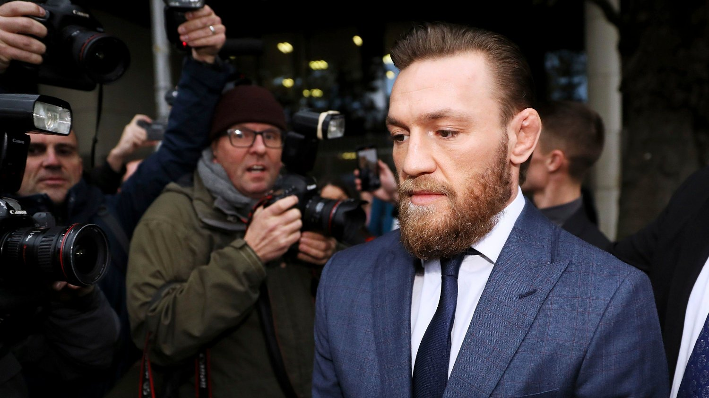 Conor McGregor forlater retten i Dublin.