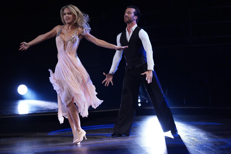 Emilie Nereng og Santino Mirenna danset Slowfox til Dancing On My Own / Calum Scott FOTO: Espen Solli / TV 2