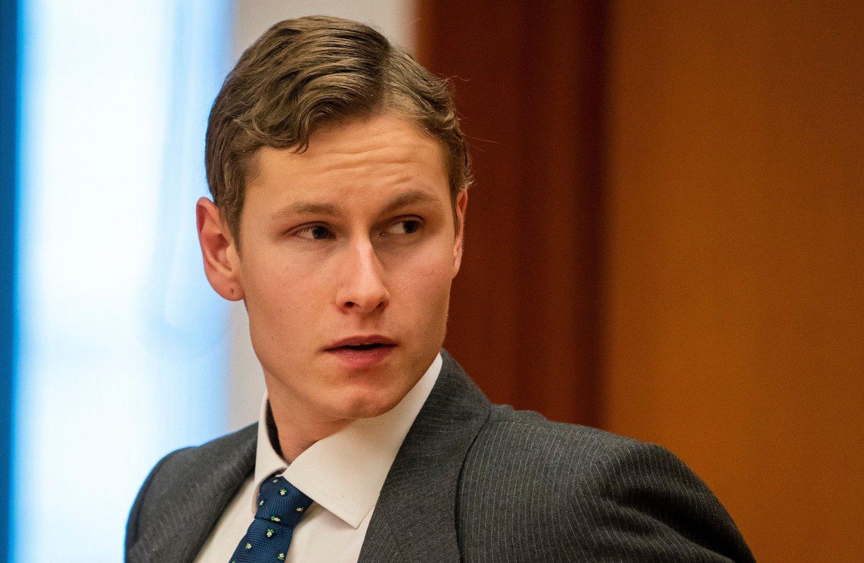 Draps- og terrorsiktede Philip Manshaus i rettssal 227 i Oslo tingrett, der han ble fremstilt for varetektsfengsling. Han møtte i dress og slips.