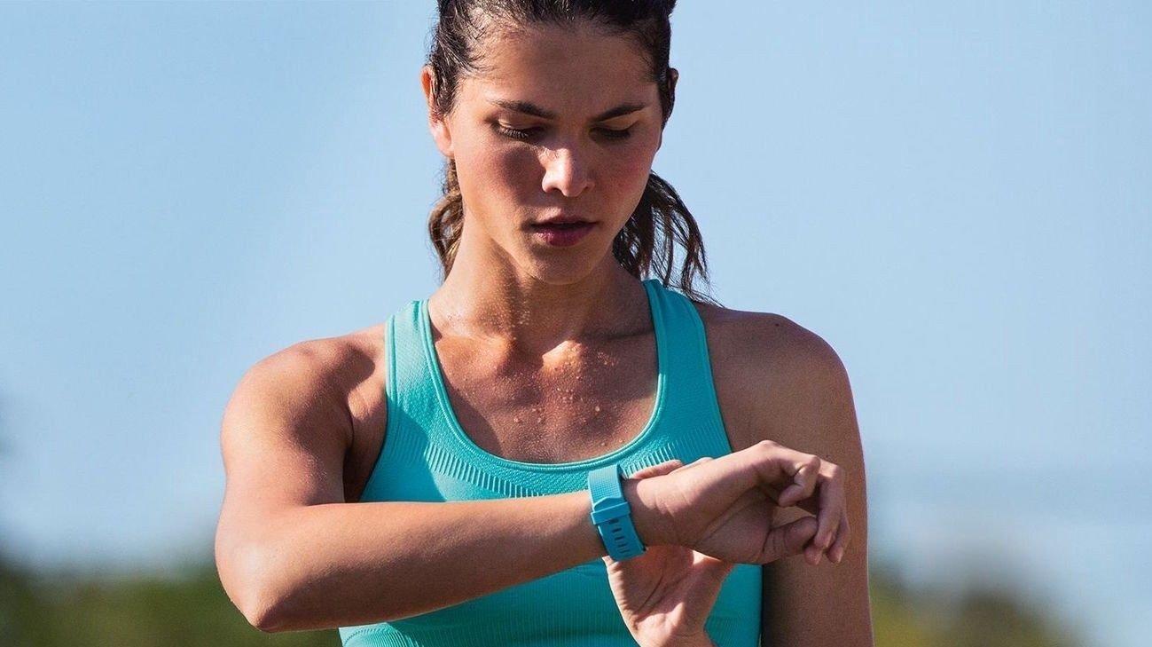 kvinne som bruker fitbit