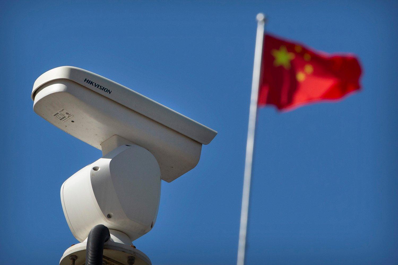 Overvåkingskamera i forgrunn og kinesisk flagg i bakgrunnen.