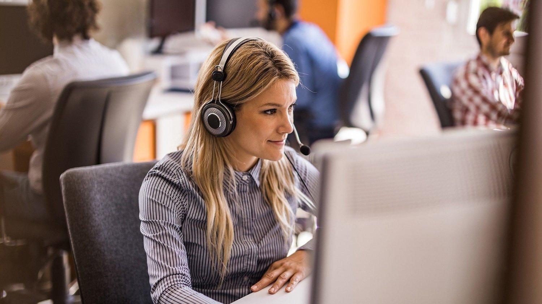 Kvinne som jobber på callsenter.
