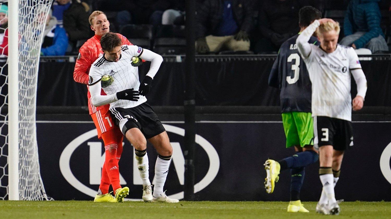TUNGE TIDER: Birger Meling fortviler etter at Sporting gikk opp til 2-0 på Lerkendal, mens André Hansen hjelper Marius Lundemo på beina.