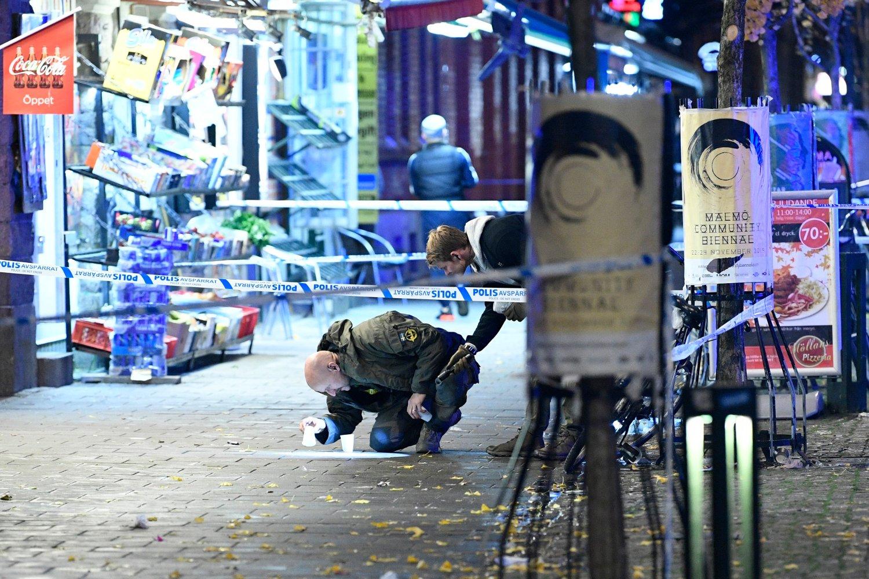 Politi undersøker åstedet for skytingen på Möllevångstorget i Malmö der to personer ble skutt.