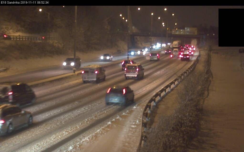 SNØ VENTER: Et flere centimeter tykt snølag venter bilistene på Østlandet mandag morgen. Her fra E|8 i Sandvika rett før klokken 07.00 mandag morgen.
