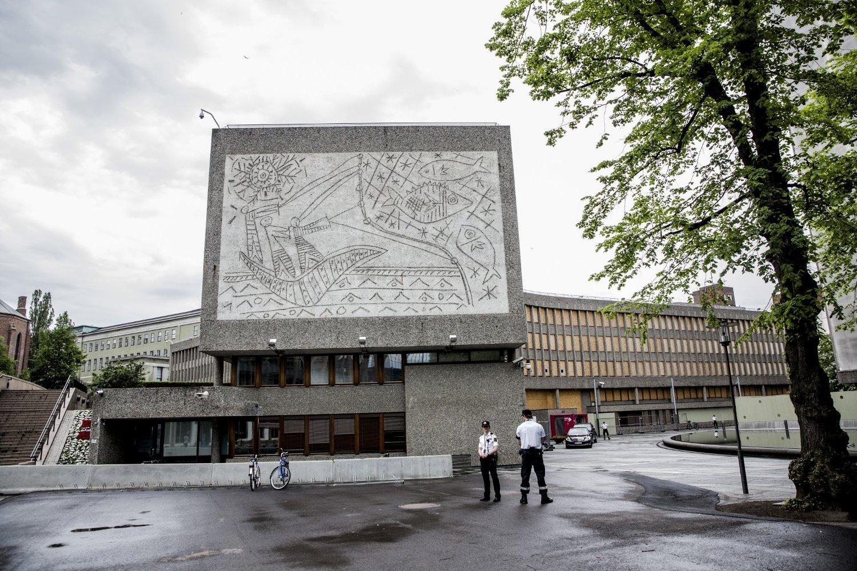 Regjeringen går inn for at Høyblokka i regjeringskvartalet blir stående og at Y-blokka rives. Kunsten på Y-blokka blir bevart.