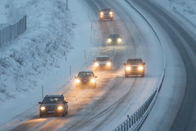 Vinstra 20181219. Snøvær og stedvis glatt, men trafikken går greit på E6 forbi Vinstra i Gudbrandsdalen onsdag ettermiddag.