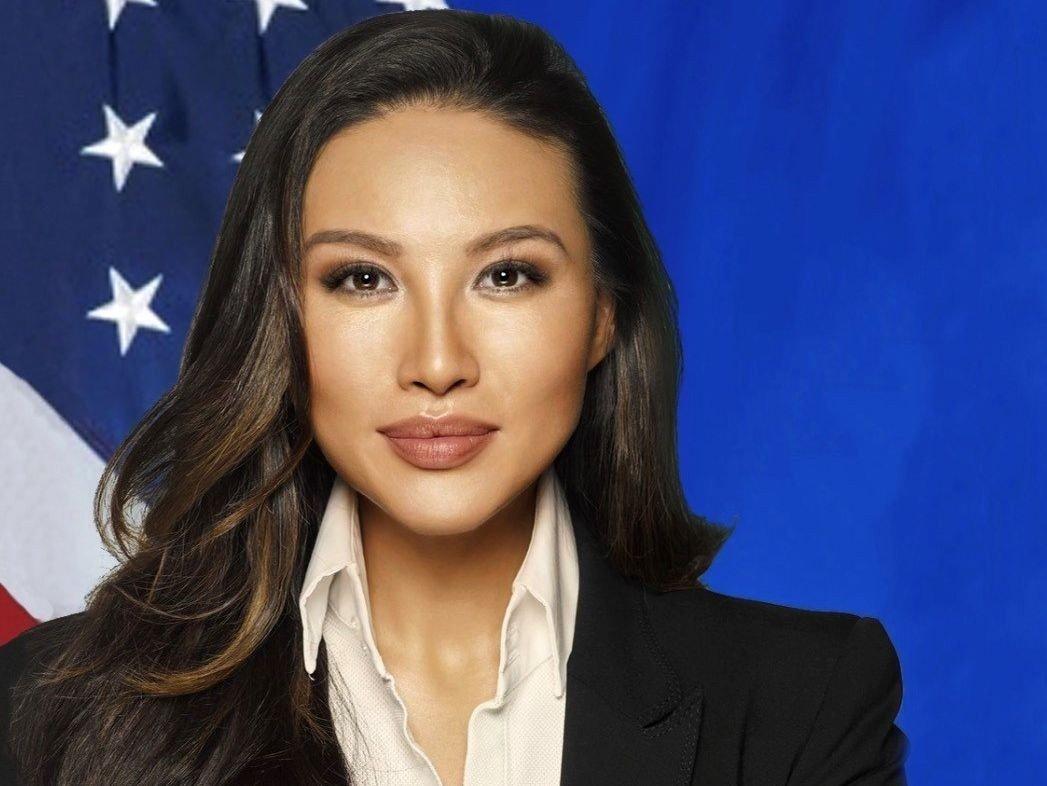 Mina Chang har fremstilt seg selv som en humanitær globetrotter på sosiale medier. Hun har 42.000 følgere på Instagram. Nå sås det tvil om hun er kvalifisert til å inneha toppjobben i amerikansk UD.
