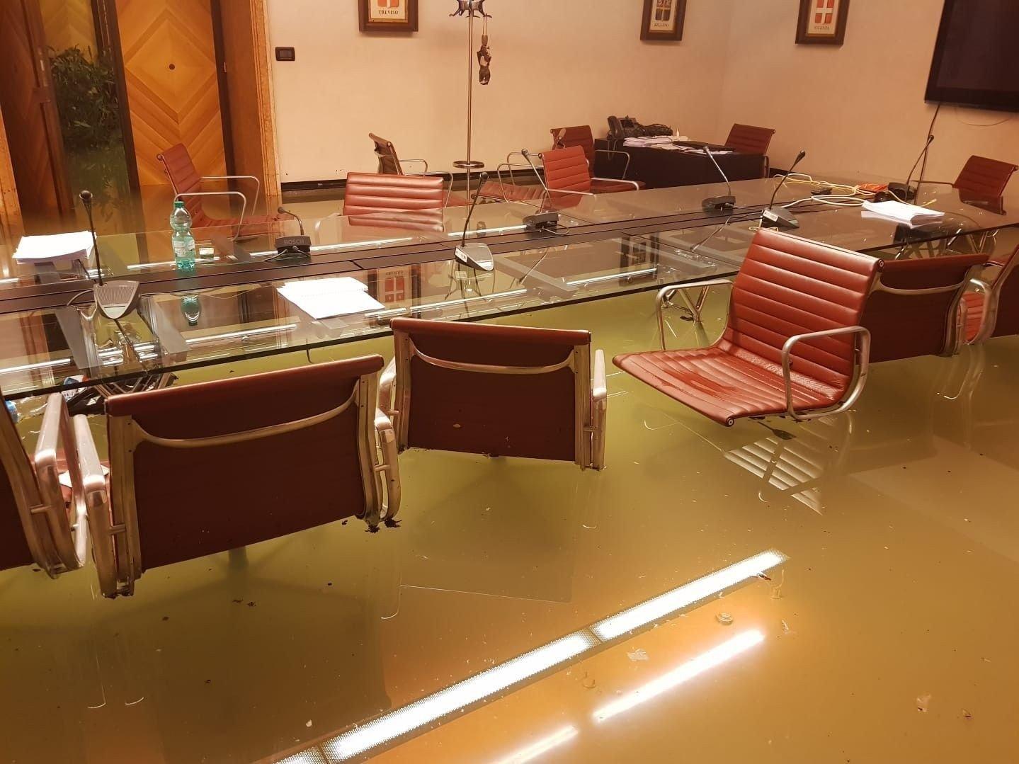 OVERSVØMT: Slik så det ut på et møterom i regionrådet til Venezia etter at de hadde stemt nei til forslag om klimatiltak.