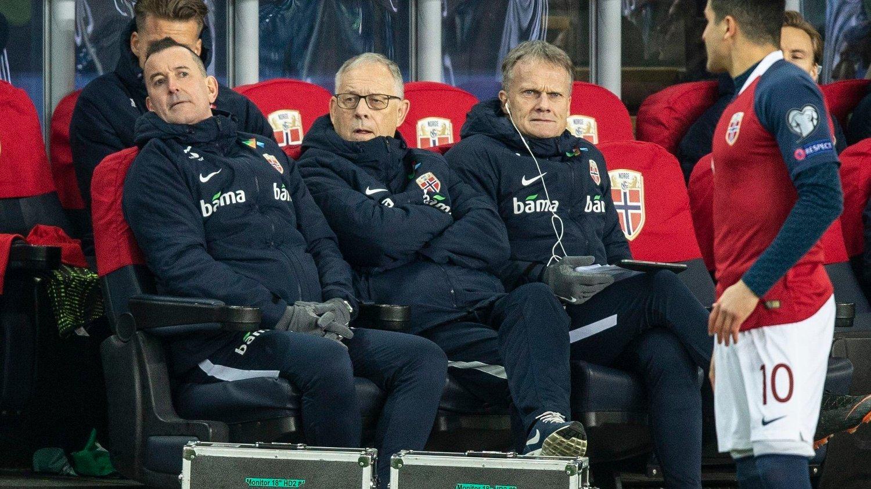I TENKEBOKSEN: Norges trener Lars Lagerbäck under EM-kvalifiseringskampen i fotball mellom Norge og Færøyene på Ullevaal stadion fredag. Her flankert av Per Joar Hansen .