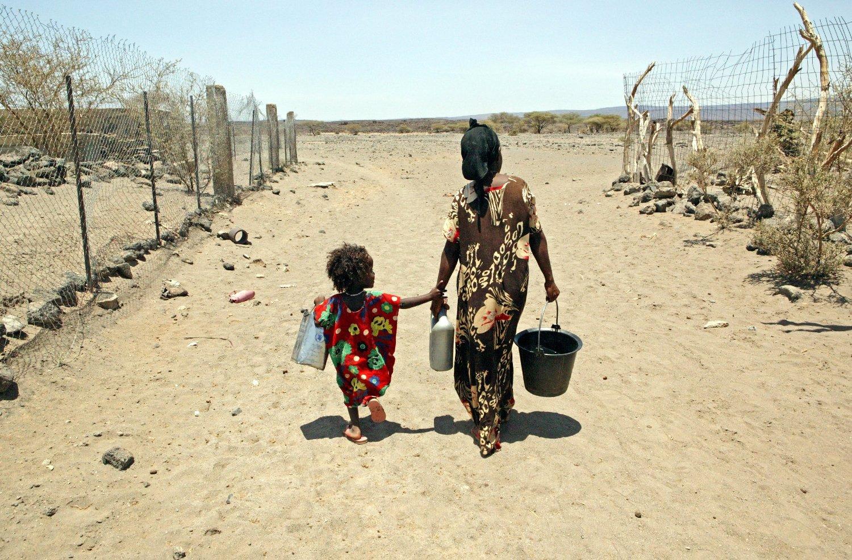 Familier i åtte land saksøker EU, med krav om større kutt i skadelige klimautslipp som forårsaker flom og tørke.