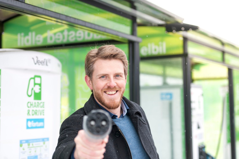 Det koster tre ganger så mye å fylle diesel og bensin enn å lade med strøm, skriver kommunikasjonssjef Stian Mathisen i Fortum.