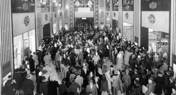 Juleshoppere hører på Mabley Christmas Carolers i hallen av Mabley & Carew Department Store, Cincinnati, Ohio på1950-tallet.