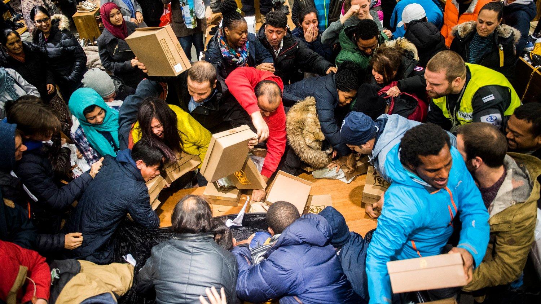Slik så det ut da kunder kjempet om sko på Black Friday-salget hos Norwegian Outlet i Vestby i Akershus i 2016.