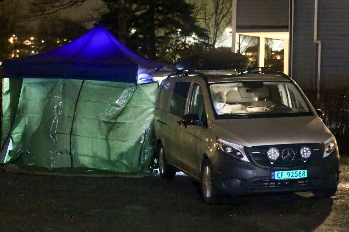 JELØYA: Politi ved stedet på Jeløya i Moss der en kvinne ble funnet død onsdag ettermiddag. Politiet betegner dødsfallet som mistenkelig og en mann er pågrepet i saken.
