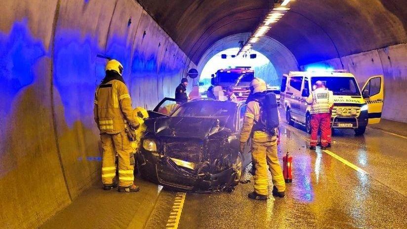 ULYKKE: Flere biler har vært involvert i en trafikkulykke i Hemtunnelen på E18.