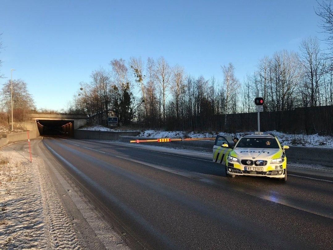 FRONT MOT FRONT: En personbil kom over i motsatt kjørefelt og kolliderte med et vogntog i Hortenstunnelen mandag ettermiddag.