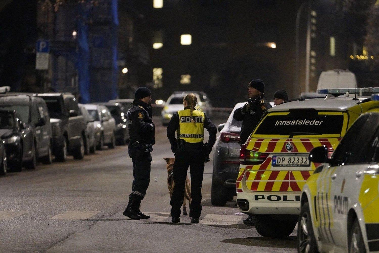Mistenker at skudd er avfyrt Oslo 20191203. Politiet i Oslo søker etter en sølvfarget Mercedes og to menn etter det de mistenker er avfyrte skudd ved Briskeby brannstasjon mandag kveld.