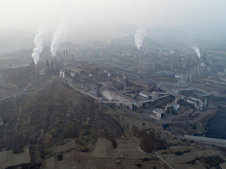 Kinesisk kullkraftproduksjon og industri i ett og samme bilde fra den kinesiske byen Chengdu - som tro det eller ei - også omtales som «hibiskusbyen».