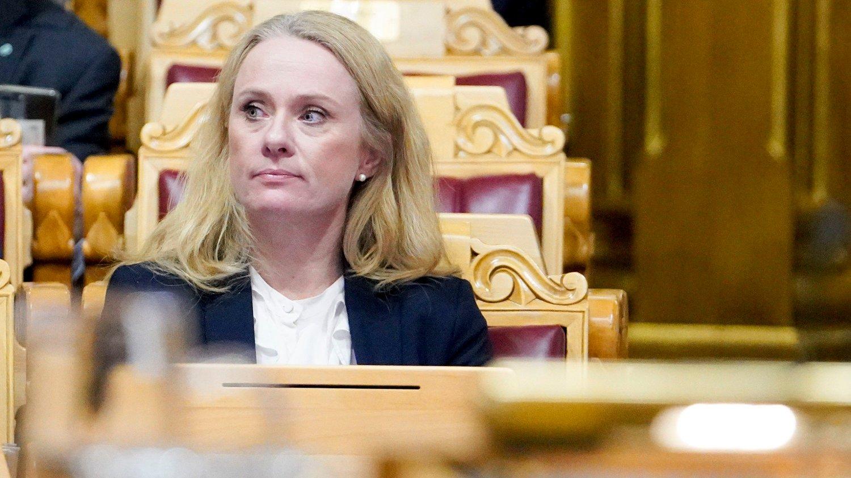TIL VEGGS: Arbeids- og sosialminister Anniken Hauglie må svare på en rekke spørsmål om trygdeskandalen fra kontrollkomiteen på Stortinget.