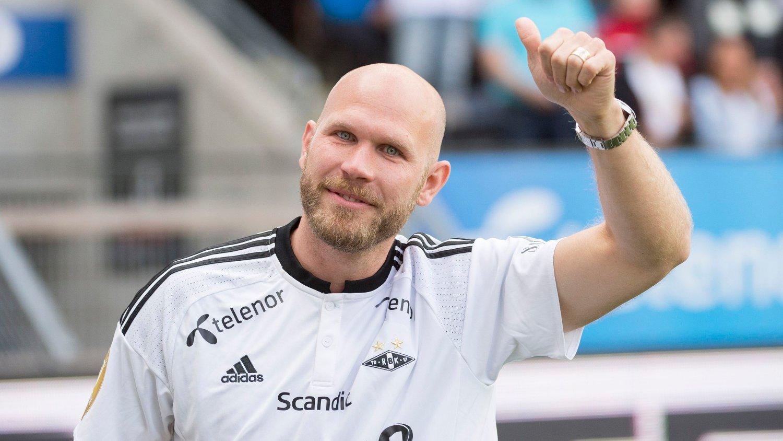 Trondheim 20160528. Eliteserien fotball 2016: Rosenborg-Molde. Rosenborgs Mikael Frank Dorsin takker fansen før eliteseriekampen mellom RBK og MFK på Lerkendal stadion.