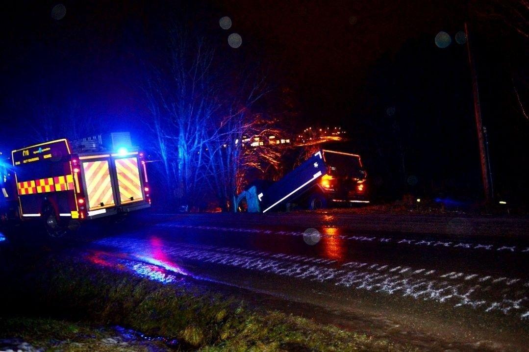 KREVENDE FORHOLD: Lastebilsjåføren mistet kontrollen på en speilglatt vei i Revetal i Vestfold torsdag morgen.