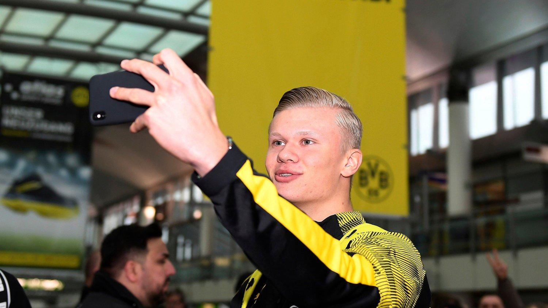 MÅ VENTE: Erling Braut Haaland må vente på sin første trening med lagkameratene i Borussia Dortmund.