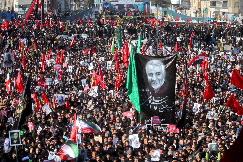 Minst 35 mennesker ble tråkket til døde og mange ble skadd da det brøt ut panikk i trengselen under begravelsen til den iranske generalen Qasem Soleimani i Kerman sørøst i Iran tirsdag.