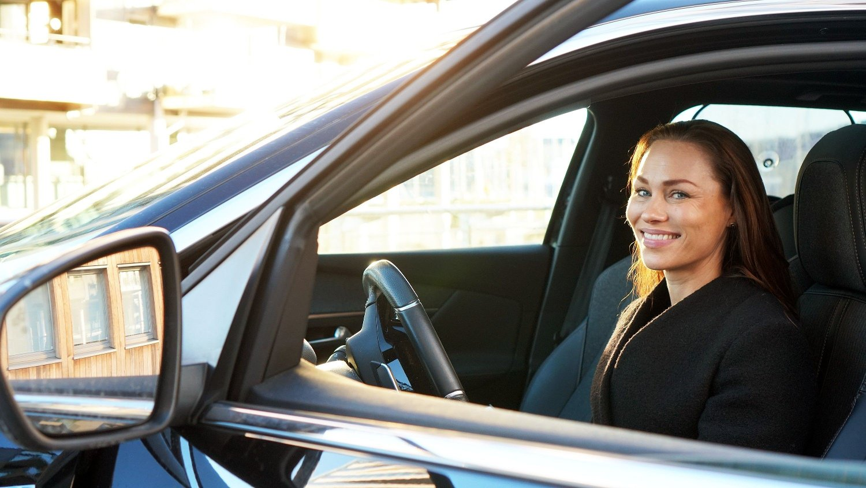 Cecilie Tvetenstrand i bil