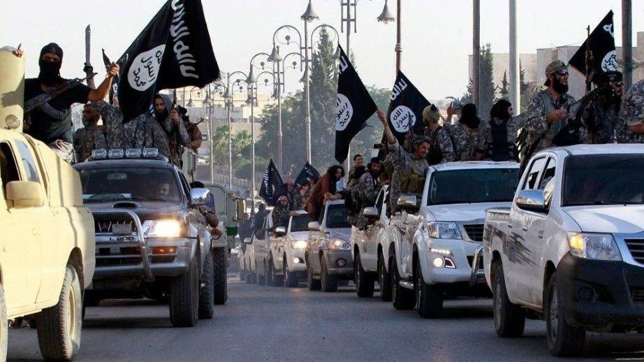 IS-krigere paraderer i Raqqa.