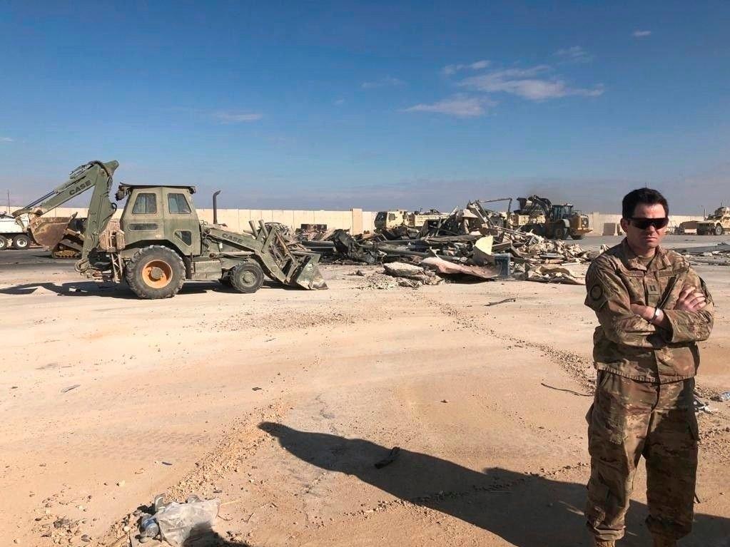 En amerikansk soldat holder vakt mens bulldosere rydder unna rester ved Ain al-Asad-basen i Irak 13. januar.