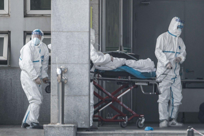 Helsepersonell ved et sykehus i millionbyen Wuhan i Kina, tar hånd om en pasient som er smittet med det sars-lignende viruset. Omfanget av viruset er fortsatt uklart.