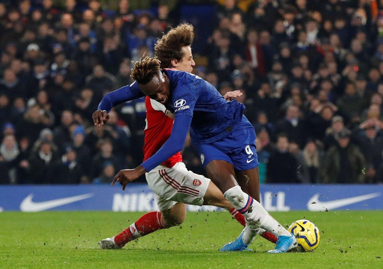 UTVIST: David Luiz fikk rødt kort etter denne duellen med Tammy Abraham, som ble fratatt en opplagt scoringsmulighet.
