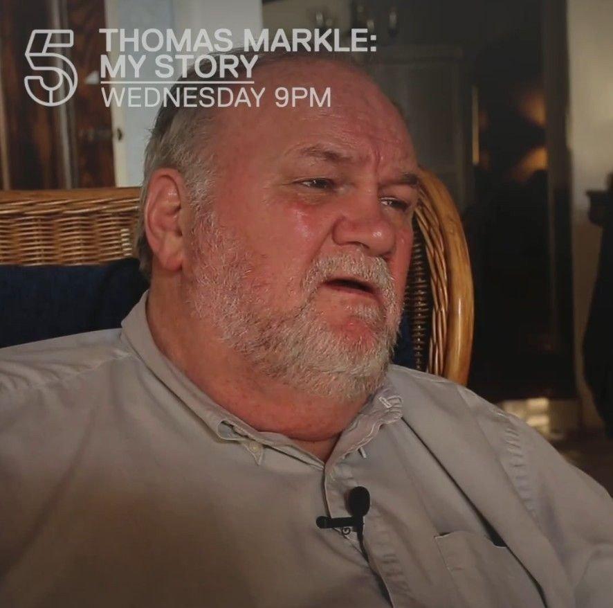 I intervjuet med Cannel 5 forteller Thomas Markle blant annet om hvordan han inngikk en avtale med en paparazzifotograf og stilte opp på iscenesatte bilder.