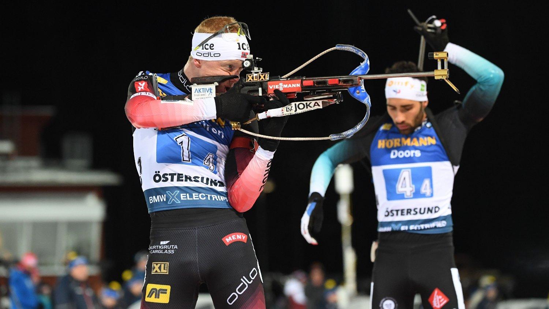 Östersund, Sverige 20191207. Johannes Thingnes Bø og franske Martin Fourcade under herrenes stafett 4x7,5 km i verdenscupen på Östersunds Skidstadion.