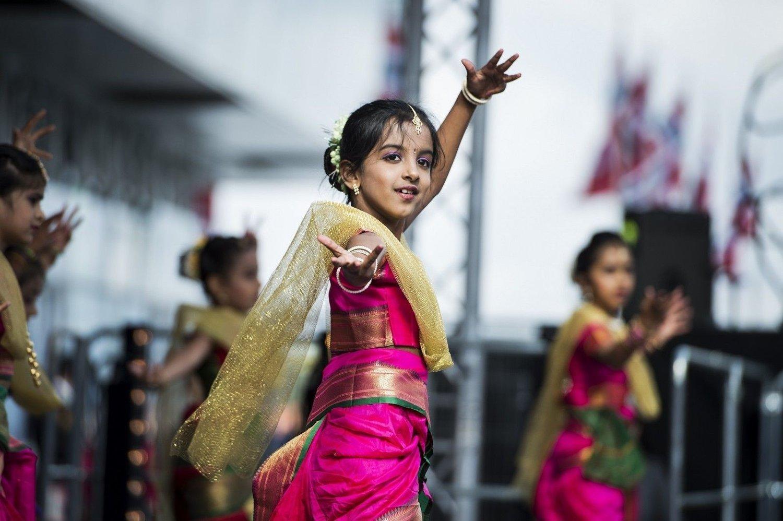 Indiske innvandrerbarn fra Zankar Dance Academy underholder kongeparet og kronprinsparet med indisk folkedans som en del av markeringen av Kongeparets 25-årsjubileum i Stavanger i juni 2016