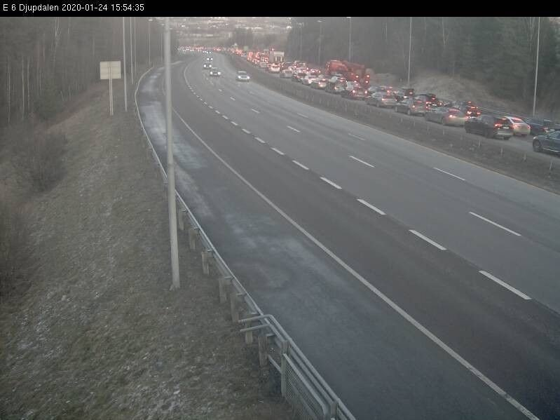 Bildene fra Statens vegvesens kamera på Djupdalstoppen viser at trafikken står tett i tett nordover på E6.