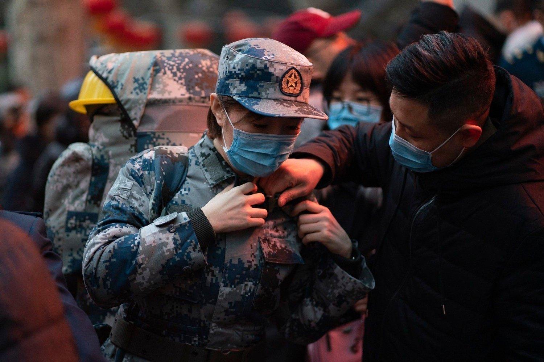 FORBEREDER SEG: En kinesisk sanitetssoldat gjør seg klar til å dra til Wuhan fra Xi'an, hovedstaden i Kinas Shanxi-provins.
