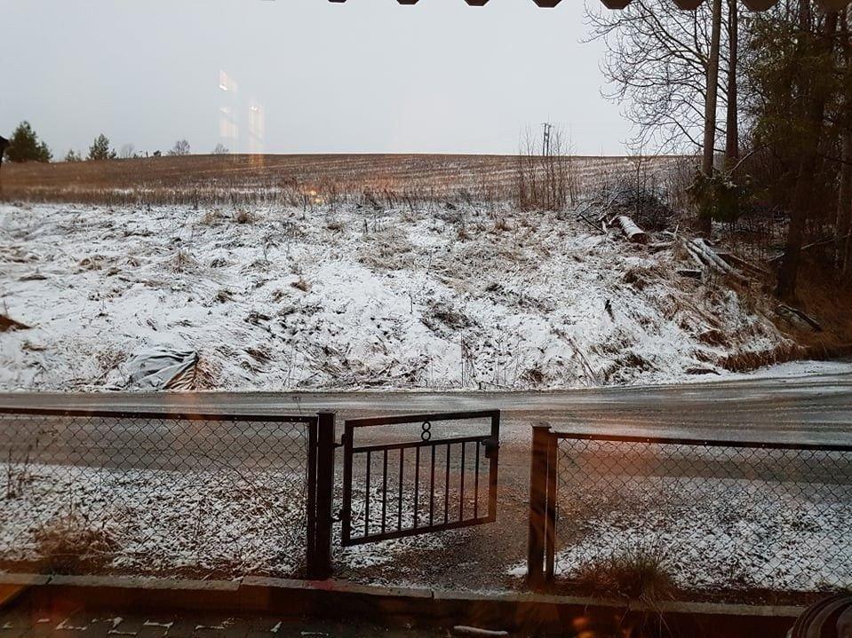 HVIT MORGEN: Dette var synet som møtte flere på Østlandet onsdag morgen, et lett dryss av snø. Bildet er fra Fetsund i Lillestrøm kommune.