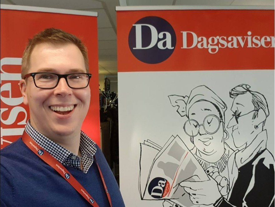 Bilde av Eirik Hoff Lysholm foran Dagsavisen-logo