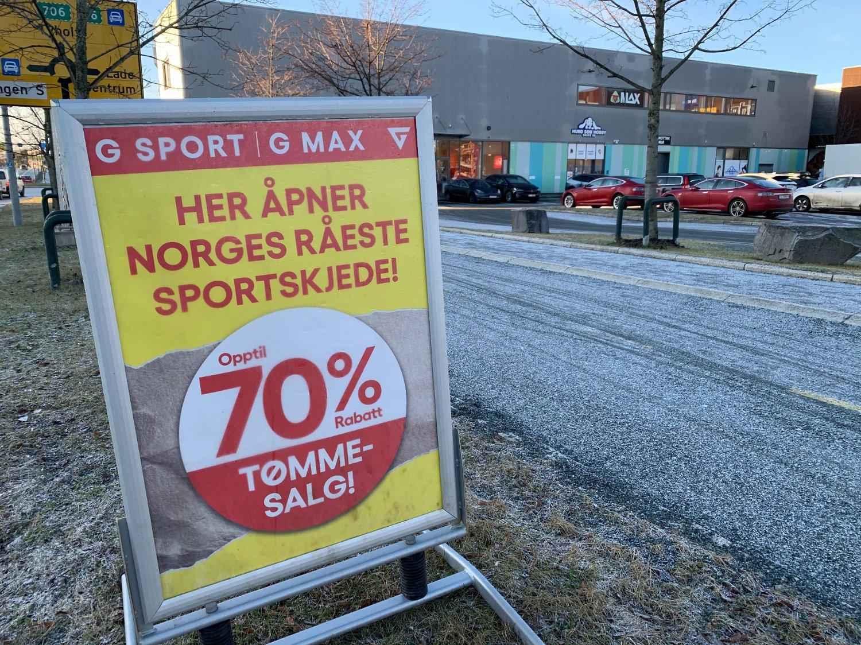 Skiltet vi tok bilde av på Lade Arena i Trondheim mandag morgen har et helt annet budskap enn det som nå sjokkerer kunder og ansatte.