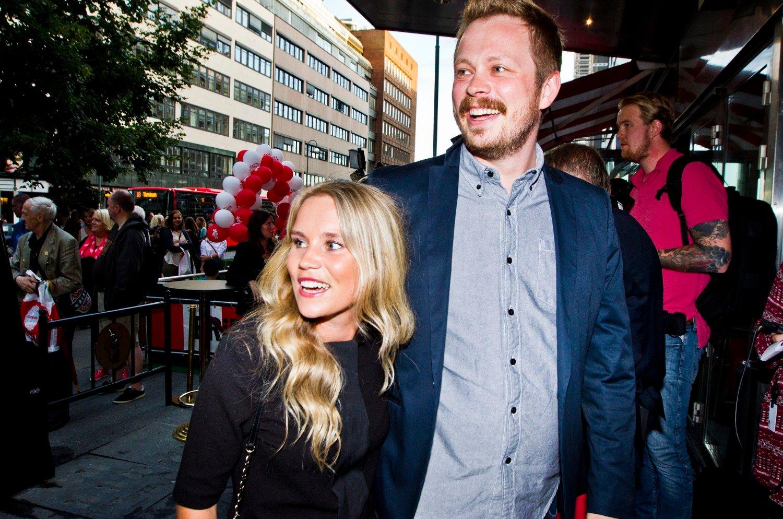 Programleder Einar Tørnquist og sin nye kjæreste Linn Bjørnsen ankommer Komiprisen 2013 på Chat Noir i Oslo lørdag kveld.